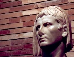 Cabeza velada del emperador Augusto procedente del Aula Sacra del teatro Romano. Archivo MNAR.