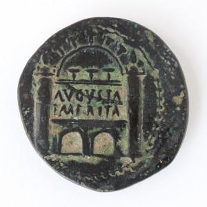 Moneda de la ceca emeritense con representación de la puerta de la puerta de la ciudad (MNAR, Nº Inv.  CE31611). Archivo MNAR.