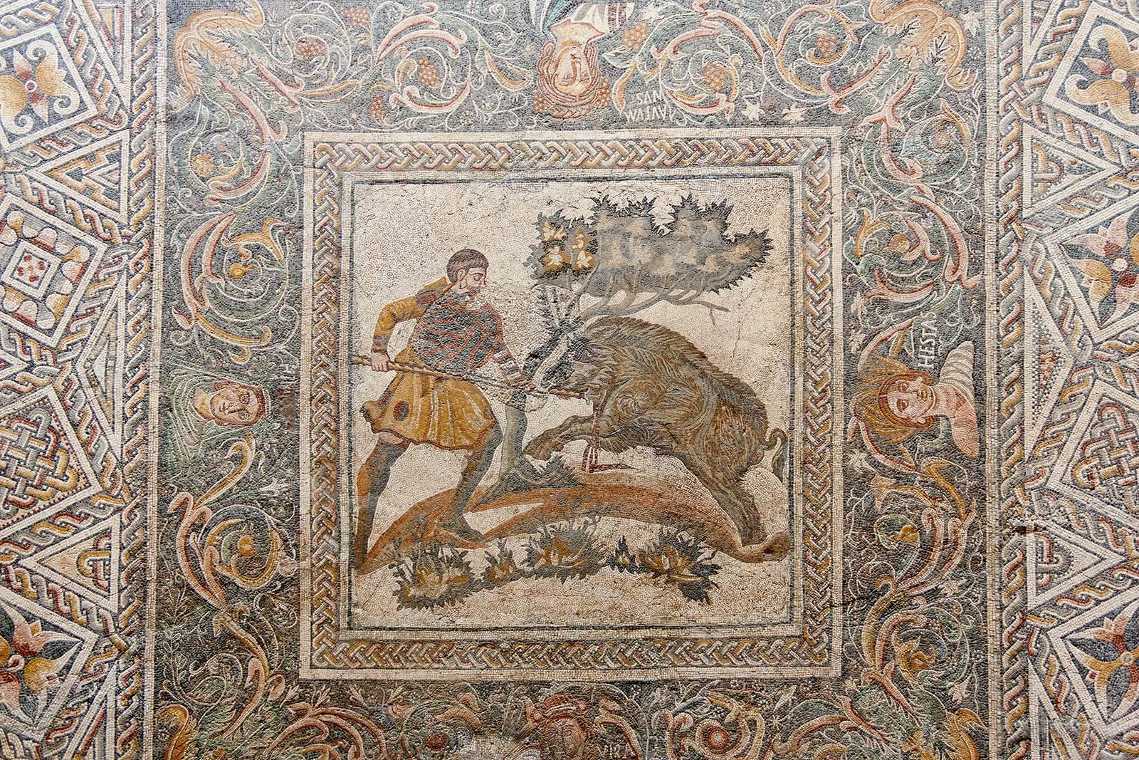 Mosaico con representación de la caza del jabalí y las Cuatro Estaciones procedente de la Villa del Hinojal (Dehesa de las Tiendas, Mérida). Archivo MNAR.